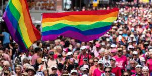 Roze woensdag, LHTBI, Amsterdam, Sander Ederveen, Projectleider, mensen, mannen, feesten, gekleurde vlag, strepen, grote groepen, muziek, gelijkheid, vreugde, vrolijkheid, roze